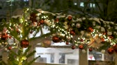 kerst huis : Street cafe is beautiful for Christmas. Festive atmosphere in the street. The city is decorated for the holiday. Colored garland Stockvideo