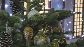 brinquedos : Christmas fir with toys, close-up. Out of focus festive lights.
