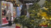 bombki : Christmas fir tree decorated with toys. Out of focus people go shopping. Wideo