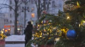 золотой : Festive atmosphere. Christmas toys hanging on the tree. In the background, the movement of cars is out of focus.