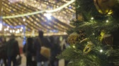 bola de natal : Christmas fir with toys, close-up. Out of focus festive lights.