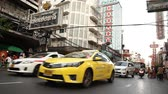 thajsko : BANGKOK, THAILAND -  Dec 15 2018: Cars and shops on Yaowarat road. Chinatown with notable Chinese buildings, restaurants and decoration. Busy Yaowarat Road in the evening Bangkok, Thailand