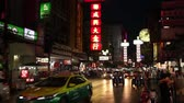 carne de porco : BANGKOK, THAILAND -  Dec 15 2018: Cars and shops on Yaowarat road. Chinatown with notable Chinese buildings, restaurants and decoration. Busy Yaowarat Road in the evening Bangkok, Thailand