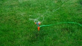 umidade : Lawn Sprinkler in Action. Garden Sprinkler Watering Grass. Automatic Sprinkler Above View.