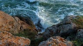 horizont nad vodou : Sea Waves crushing over rocky Shore Above view