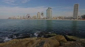 turizm : Rock coast of the city of Tel-Aviv with buildings