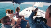 linha do horizonte : Friends sailing in the sea on the yacht Vídeos