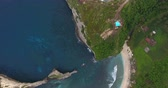 ниже : Aerial shoot of the coast of the island of Nusa Penida, Indonesia Стоковые видеозаписи