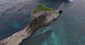ниже : Aerial shoot of the cliff of the island of Nusa Penida, Indonesia Стоковые видеозаписи
