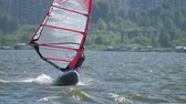 surfe : Windsurfer planing without harness on the lake and falls Vídeos
