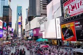 vezes : New York, United States - June 29, 2015: Times Square timelapse taken on a busy evening in New York. Like usual there is a lot of people walking around and the image contains visual commercials of multiple companies.