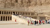 mitológico : LUXOR, EGYPT - DECEMBER 5, 2014: Tourists near famous ancient temple of Hatshepsut in Luxor Egypt Vídeos