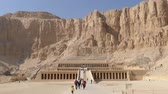 mitológico : Tourists near famous ancient temple of Hatshepsut in Luxor Egypt 4k