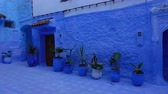 marroquino : Panorama of traditional old blue street with color pots inside Medina of Chefchaouen, Morocco Stock Footage
