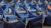 Blauwe vissersboten in de haven van Essaouira, Marokko, 4k Stockvideo