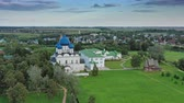 cloche : Aerial view on kremlin and boat in Suzdal Russia Vidéos Libres De Droits