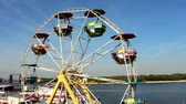 развлечения : The Ferris wheel is spinning slowly without people, in the background we see the river and the islands.