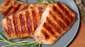 filé : Hot meat. Pieces of grilled pork rotate on a plate