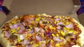 obiad : Pizza delivery. the appearance of the pizza in focus from defocus