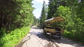 wagons : Poland Zakopane June 2019. Tatra national Park. Traditional horse-drawn carriage carries tourists on a mountain road Stock Footage