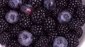amoras : Rotation of black ripe blackberries and blueberries close-up