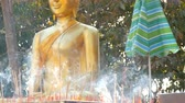 азиатский : PATTAYA, THAILAND - December 18, 2017: Many delicate aroma sticks of a good luck stand and haze in front of the Buddha statue. Hill of the Great Buddha, Pattaya Стоковые видеозаписи