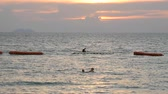 inteiro : PATTAYA, THAILAND, December 14, 2017: beautiful view of the South China Sea, in which people bathe and rest. Sunset on the beach