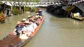 tailândia : PATTAYA, THAILAND - December 18, 2017: Different tourists go boating on a brown river in Pattaya on floating market Vídeos