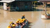 empolgante : PATTAYA, THAILAND - December 18, 2017: Different boats with tourists riding them on the river in a floating market Stock Footage