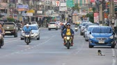 dżem : PATTAYA, THAILAND - DECEMBER 16, 2017: Huge traffic on the streets of Thailand. A lot of cars, minibuses, motorcycles drive in a typical large Asian street