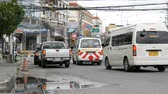 срочный : PATTAYA, THAILAND - DECEMBER 16, 2017: Huge traffic on the streets of Thailand. A lot of cars, minibuses, motorcycles drive in a typical large Asian street