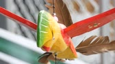 účinnost : Wooden windmill kinetic sculpture of colorful bird develops in the wind Dostupné videozáznamy