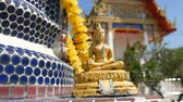 кхмерский : Golden Buddhist Buddha statue on the background of a beautiful gilded temple with a variety of ornaments and religious symbols