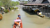 heyecan verici : PATTAYA, THAILAND - December 18, 2017: Different tourists go boating on a brown river in Pattaya on floating market Stok Video