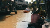 empolgante : PATTAYA, THAILAND - December 18, 2017: Large group of tourists swim along the river on boats visiting the sights of the floating market