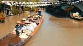 canoe : PATTAYA, THAILAND - December 18, 2017: Excursions for tourists on the floating market. People go boating on a river