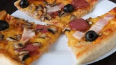 manjericão : Freshly Delicious pizza with olives, bacons, cheese and salami close up view