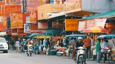 китайский квартал : PATTAYA, THAILAND - February 7, 2018: Lively Thai street with many signs of red color. People sell street food. Motorcycles and cars passing by