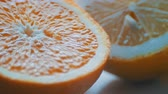 peau d orange : Couper citron citron et orange close-up view fermer sur un fond blanc