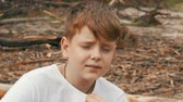 dospívající dívky : Emotional portrait of red-haired teenager boy with blue eyes and freckles that looks into the camera Dostupné videozáznamy