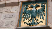 орел : The emblem of Nuremberg, Germany on the wall in the historic part of the city. Black headed eagle Стоковые видеозаписи