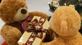 fofinho : Funny toy teddy bears that move by passing each other box with a Christmas present. Christmas decor in the mall Stock Footage