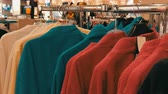 wieszak : Number of different multicolored bathrobes on the hanger in the store of the shopping center Wideo