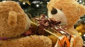 boneca : Funny brown moving teddy bears that hold a box with a gift in their paws. Christmas decorations in mall Stock Footage
