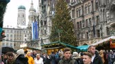 advento : Munich, Germany - December 2, 2018: Kiosks selling various Christmas and New Year souvenirs and decor in the main square of Munich, Marienplatz. Stock Footage