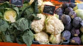 couve flor : Varieties of cabbage, white, Brussels, broccoli, color on the market counter. Healthy food, healthy fiber, vegetable diet. inscription in Hungarian Vídeos