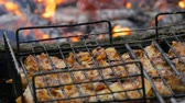 obiad : Meat grilling on barbecue grill on nature. Frying Fresh Meat, Chicken Barbecue, Sausage, Kebab, Hamburger, holiday. Man tries for readiness meat. Fire background
