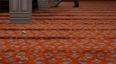 ev işleri : A large gray vacuum cleaner cleans the carpet. Man vacuuming a huge red carpet in blue mosque, Istanbul