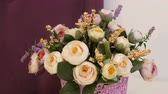 czerwona róża : Beautiful artificial flowers bouquet gently pink roses on stylish white table.