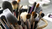 lippenstift : Set of professional brushes for make-up on table in dressing room. Fashion industry. High fashion show backstage. Makeup artist takes a brush.